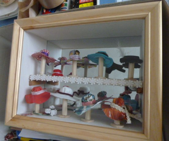 longchamp bricole vitrine miniature la modiste. Black Bedroom Furniture Sets. Home Design Ideas