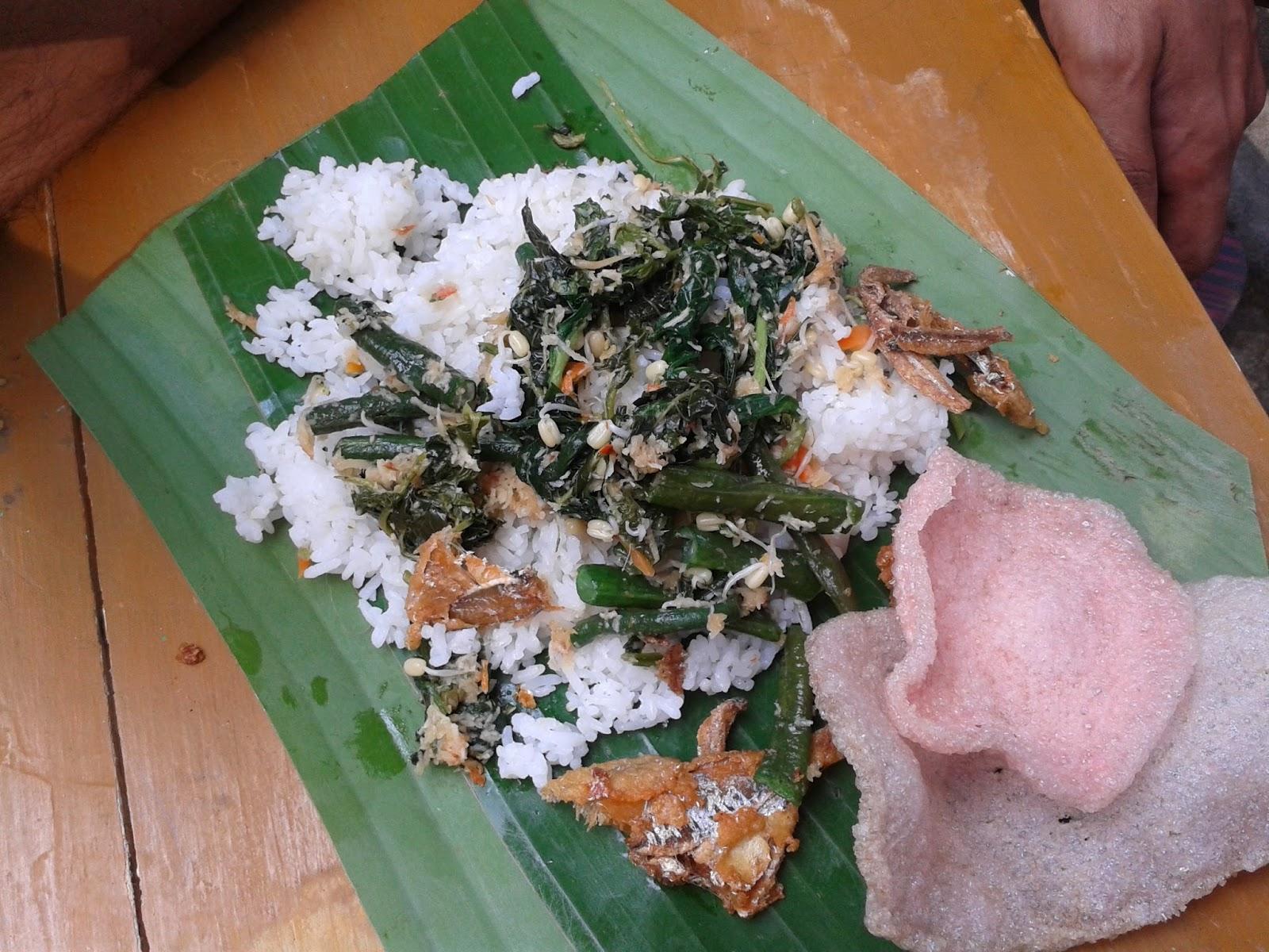 Nasi urap dibungkus dengan daun pisang