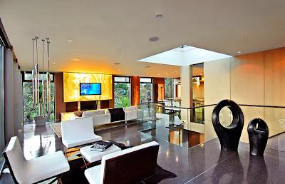 Vista de la moderna sala de casa en piedra