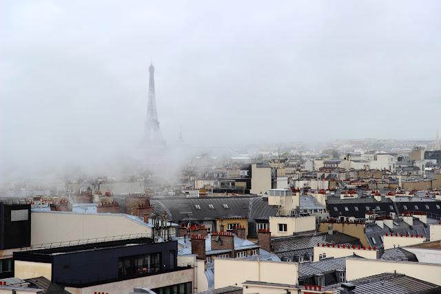 La Tour Eiffel in un giorno di pioggia dalle Galeries Lafayette