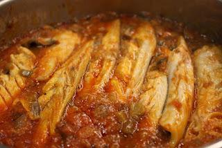 Merluza con pisto y salsa de nueces