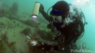 Arkeolog menyelam untuk observasi