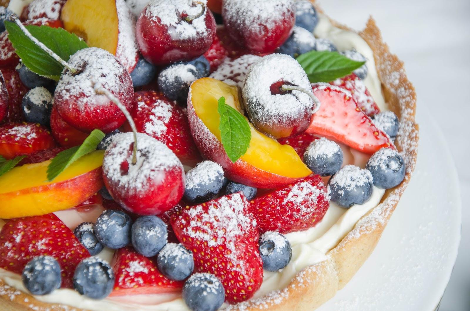 Tarta z Crème Chantilly i owocami