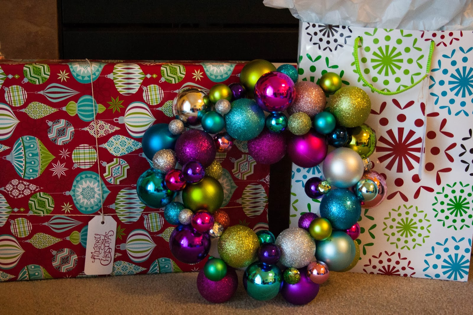 http://kristenjpeterson.blogspot.com/2013/12/diy-ornament-wreath.html