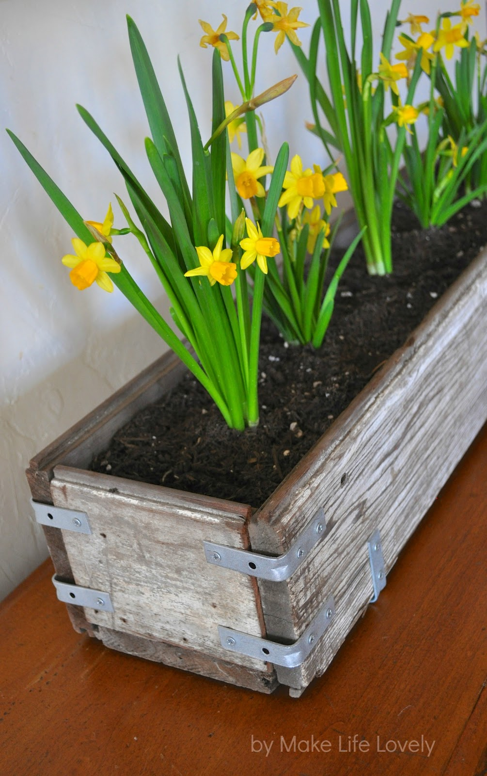 diy rustic wood planter box make life lovely. Black Bedroom Furniture Sets. Home Design Ideas