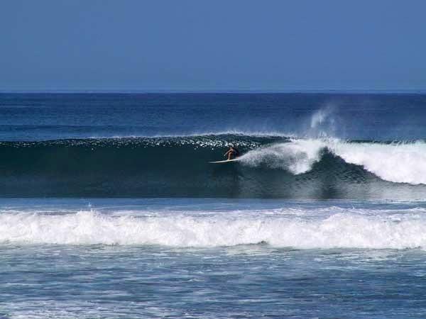 Surfing en Santa Teresa, Península de Nicoya, Costa Rica.