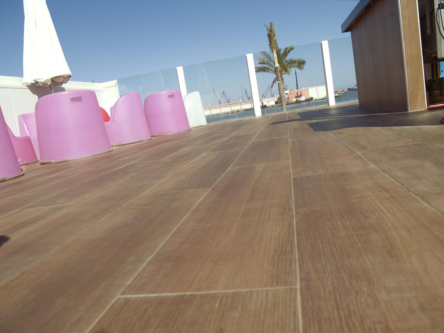 Decoracional proyectos cer micas imitaci n madera de - Ceramica imitacion madera exterior ...