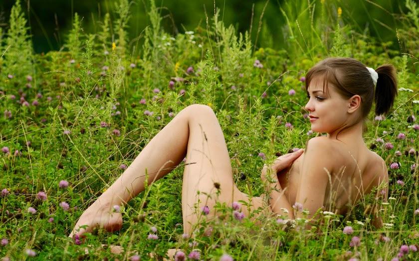 голая в саду фото