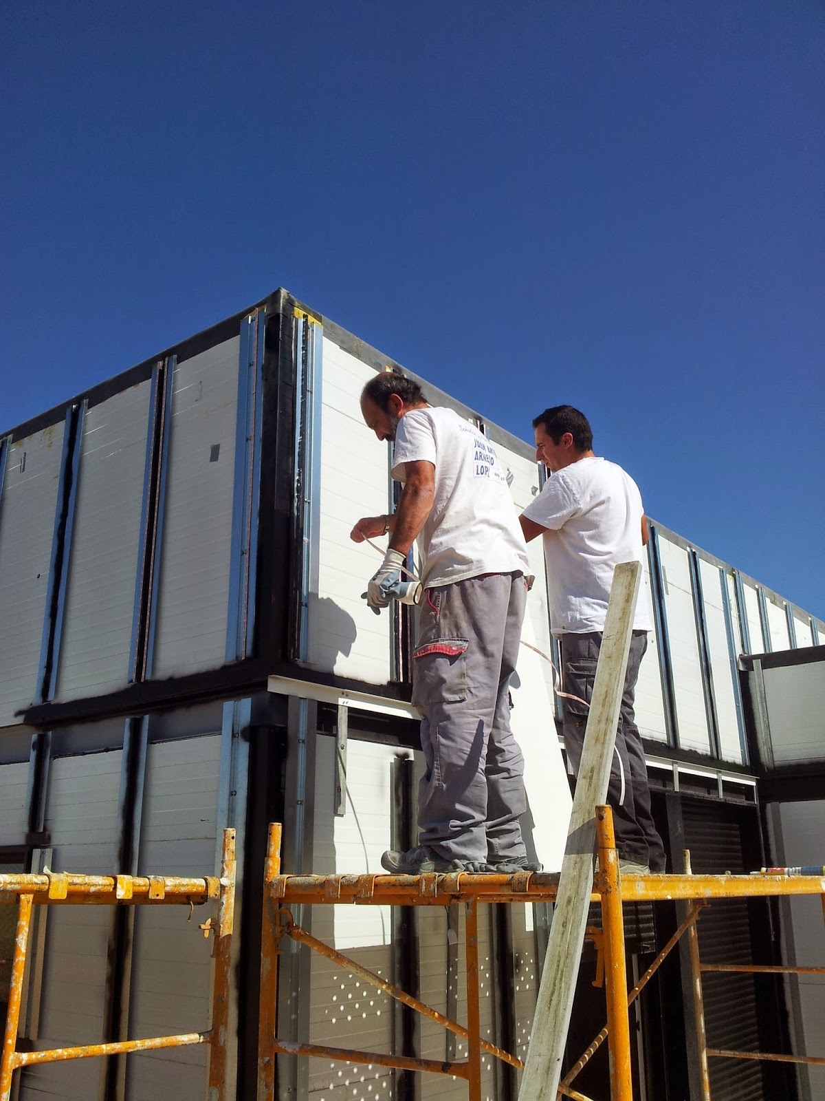Montaje fachada ventilada vivienda modular Resan