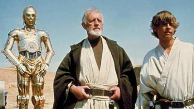 Alec Guiness as Obi Wan Kenobi and Mark Hamill as Luke Skywalker Star Wars movieloversreviews.blogspot.com