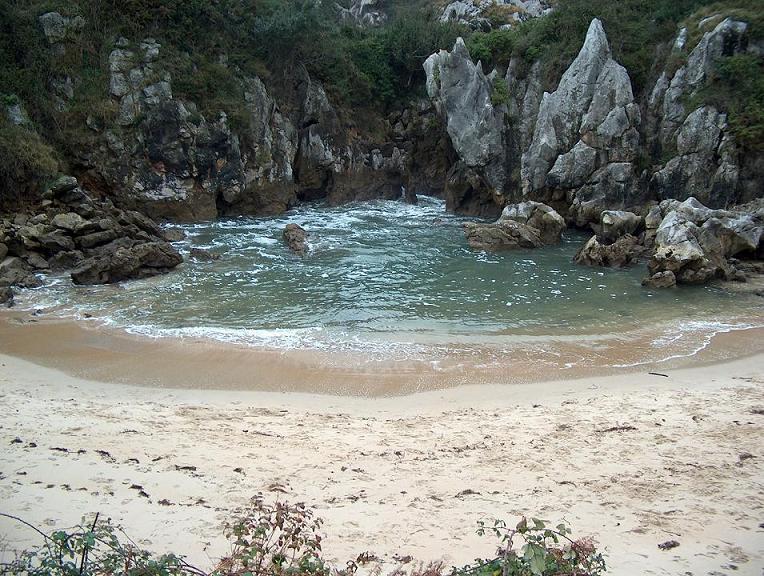 Playa de gulpiyuri naves asturias mi lugar for Piscinas naturales cantabria