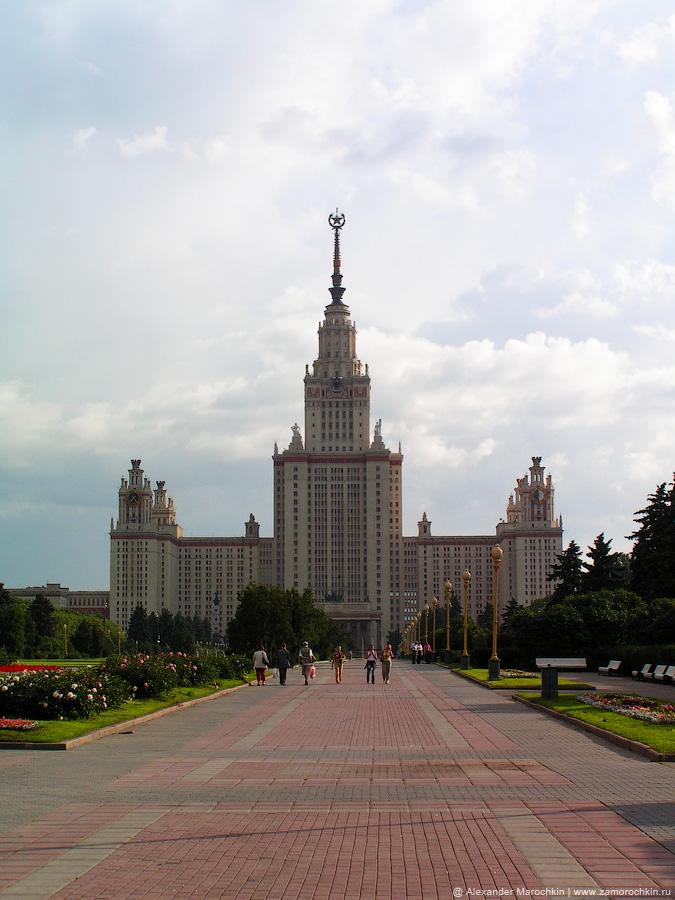 Одна из семи сталинских высоток - здание МГУ на Воробьёвых горах