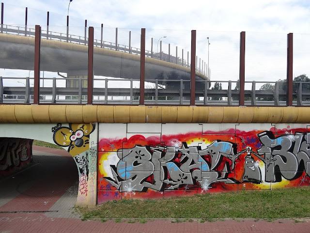 Graffiti na ścianach tunelu przejścia pieszego i ścieżki rowerowej przy ulicy Kosmatki