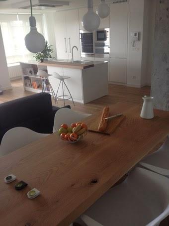 Ilia estudio interiorismo mesa de madera maciza con patas for Estudio interiorismo