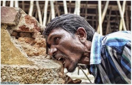 Lelaki India Ketagih Makan Batu bata