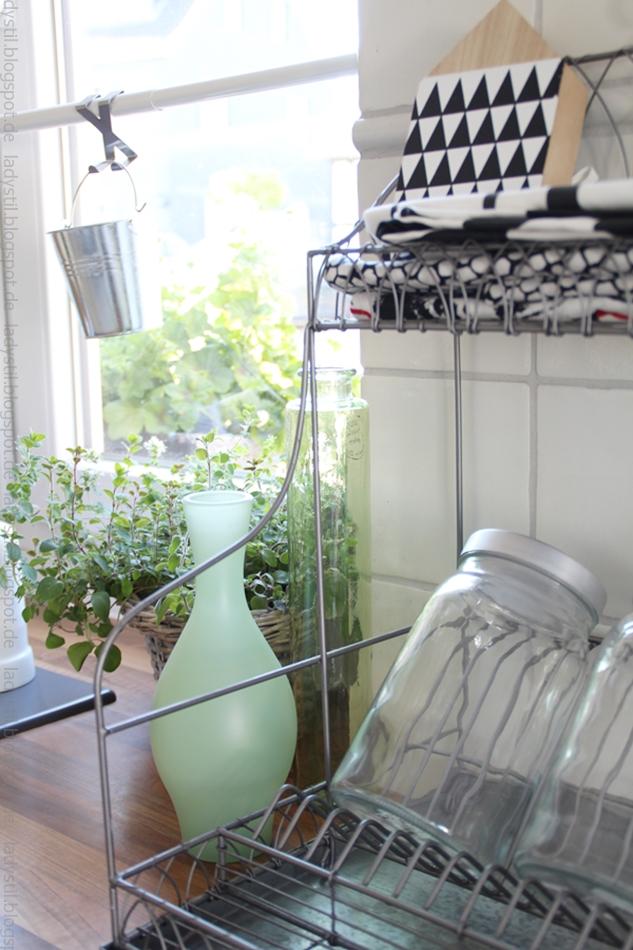 abtropfgitter-von-madam-stoltz-mit-grünen-accessoires-und-kräutern
