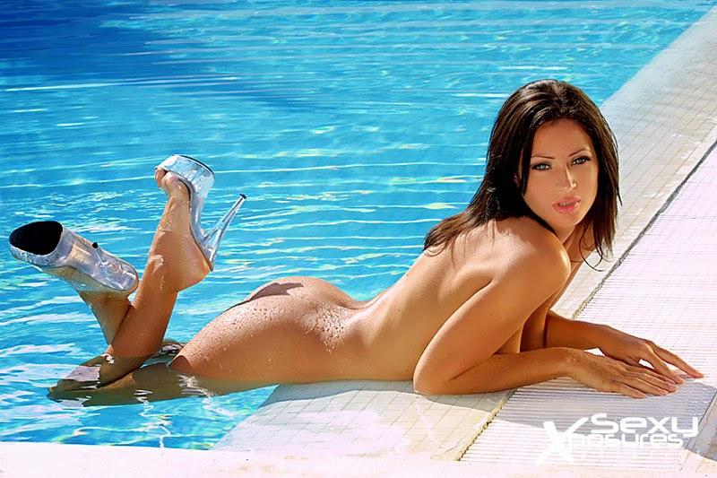 Сногшибательня Katie Lawrie в синем бикини и без )))