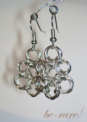 Kolczyki w kształcie kawiatków wykonane w technice chainmaille
