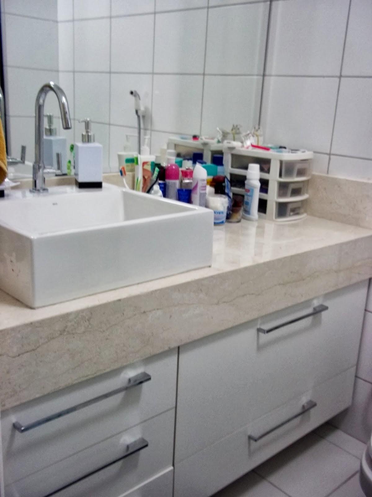 Banheiro do casal. Bancada em mármore travertino e cuba de apoio. #3C4261 1200x1600 Bancada Banheiro Marmore Travertino