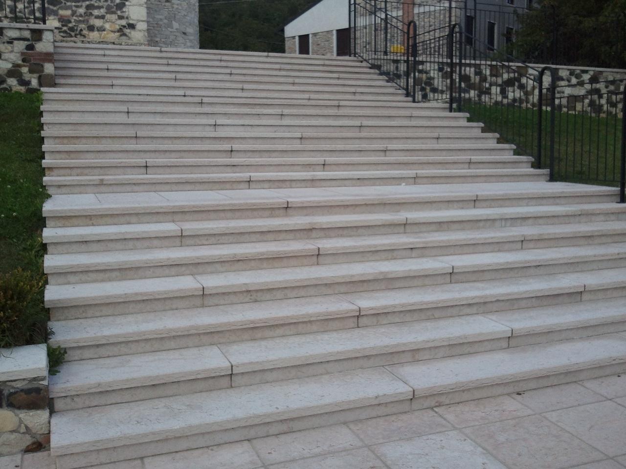 Marmeriasanexpedito offerta speciale gradini in pietra di for Gradini per scale esterne