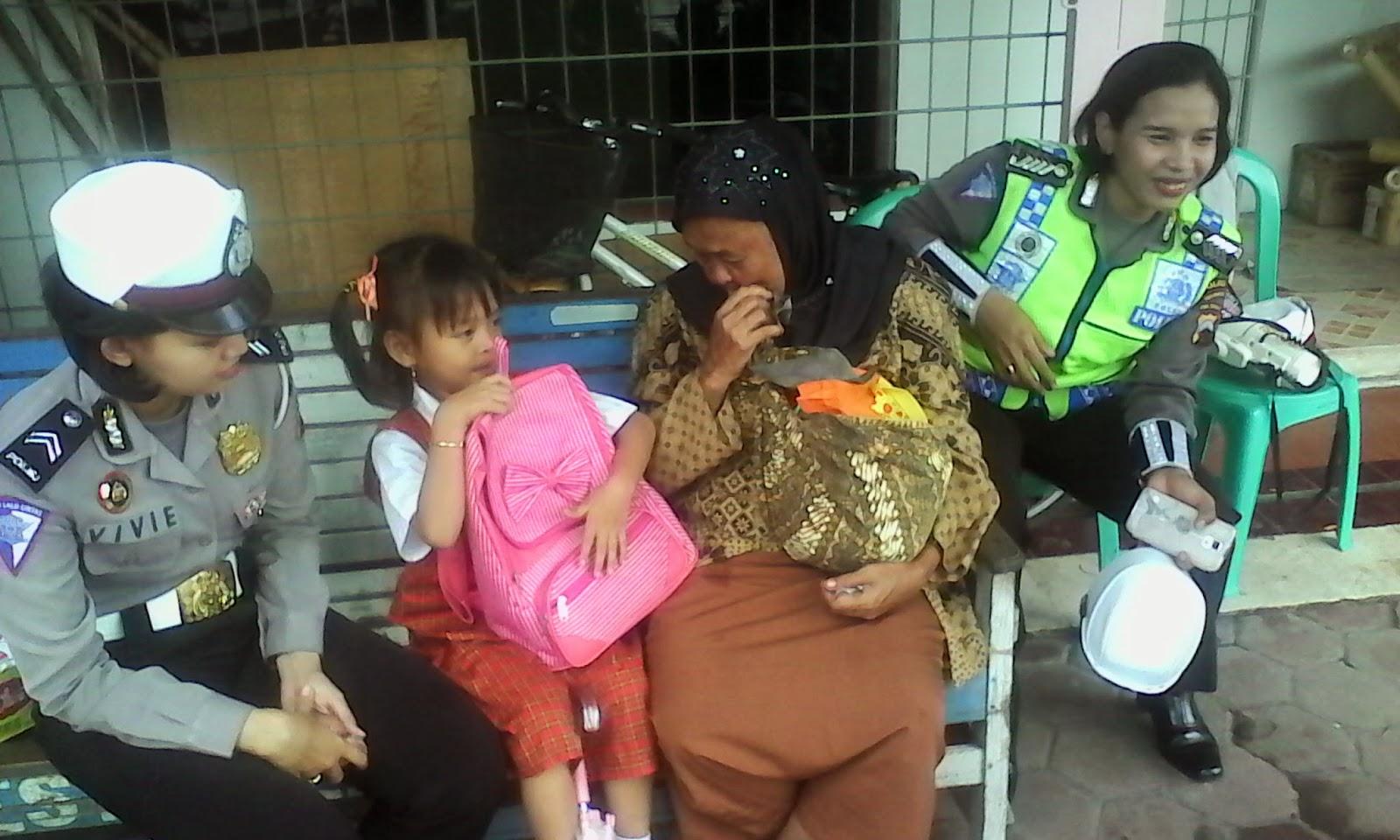 Tolong Nenek Terlantar, Para Polisi Ini Ajak Makan Bersama Di Restoran