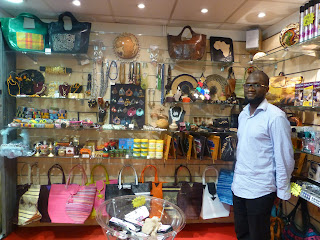 entr e to black paris new shop african accessories and cosmetics in the metro. Black Bedroom Furniture Sets. Home Design Ideas