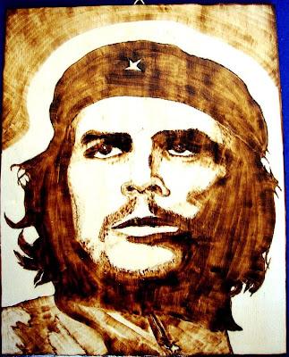Che Guevara em madeira pirogravada