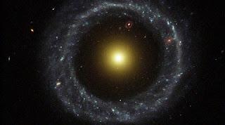 esta galáxia é formada por estrelas brilhantes e amarelas no centro e um anel azul de estrelas separadas por um gigantesco vazio. Apesar dessa curiosa configuração, trata-se mesmo de uma galáxia única.