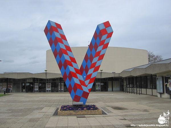 Villeparisis - V de Villeparisis devant le Centre culturel  Artiste: Victor Vasarely