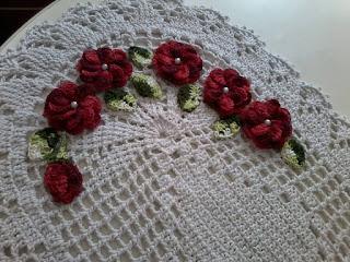 Um sonho maravilhoso em crochê.  Tapete com aplicação de flores b209ccae2d1
