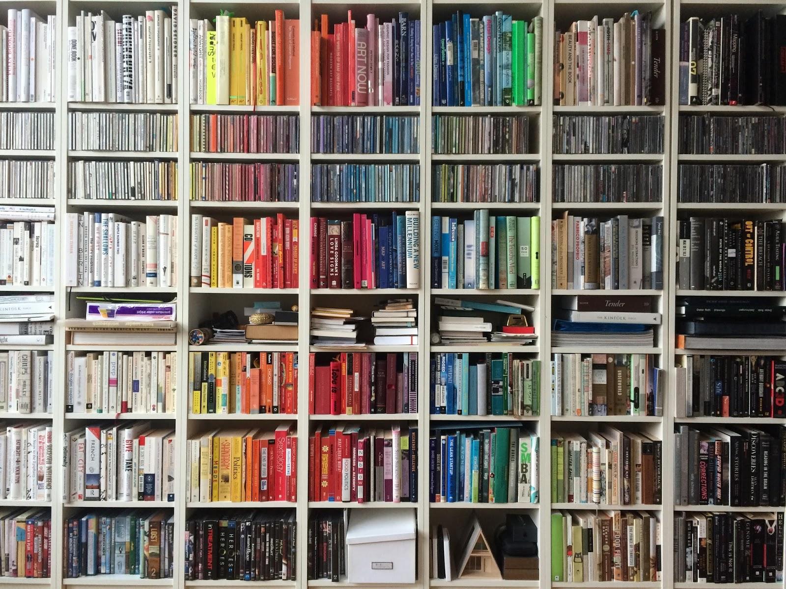 Libros y m s libros de colores en la estanter a - Estanterias de colores ...