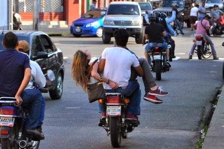 http://dangstars.blogspot.com/2014/02/foto-dramatis-usai-ratu-kecantikan-venezuela-tertembak-di-kepala.html