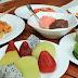 Menikmati kelezatan masakan Indonesia bersama orang tercinta