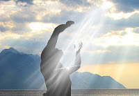 Persona recibiendo luz del cielo