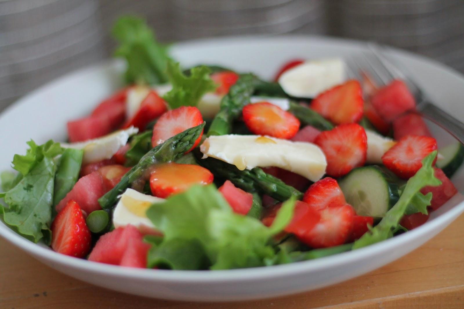 Kesäsalaatti ja omenainen salaatinkastike