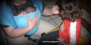 grand frère fratrie portage bébé FWCC girasol écharpe enfant soeur maman maternité famille grossesse