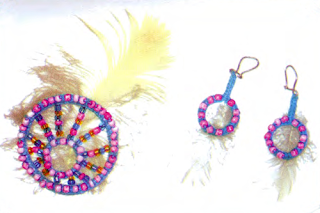 Сережки и брошь, сплетенные в макраме и украшенные перышками и бисером
