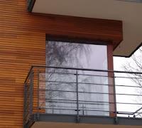 Elewacja z drewna cedrowego. Drewniane deski na ścianach.
