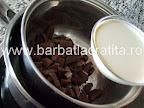 Paleuri cu crema preparare reteta - punem frisca lichida peste cubuletele de ciocolata