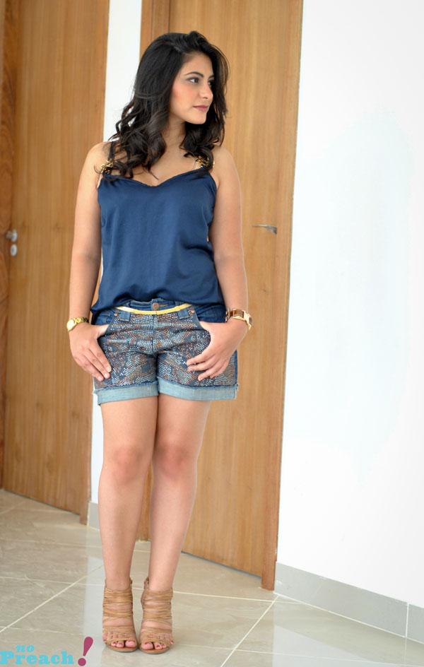 Bárbara Urias - look casual - short jeans e blusa de cetim - cabelo ondulado babyliss