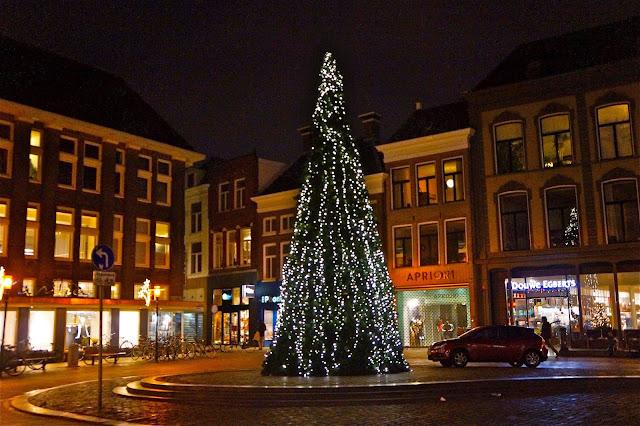 Afbeelding van de kerstboom in de Vismarkt in Groningen.