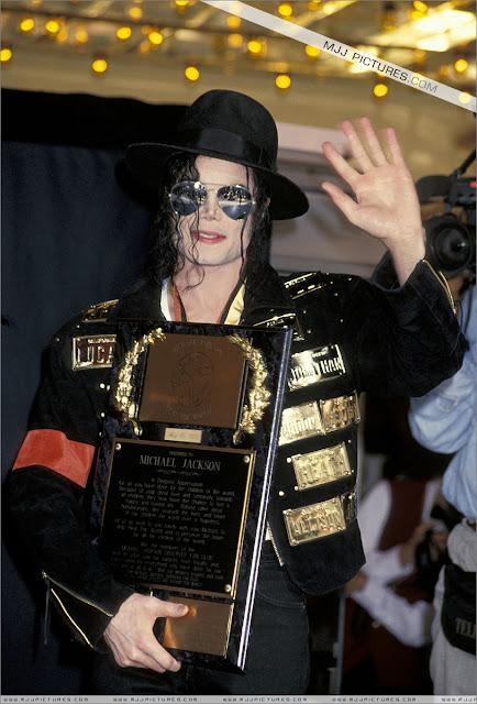 Foto di Michael e i bambini - Pagina 21 Michael_jackson_awards_guinness_may_1993+(35)