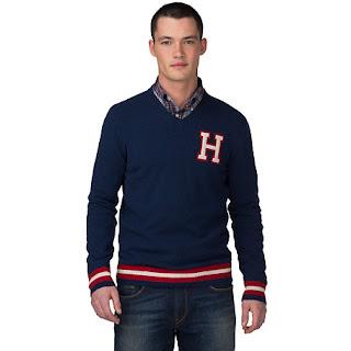jersey azul con rayas rojas y blancas en la cintura y puños