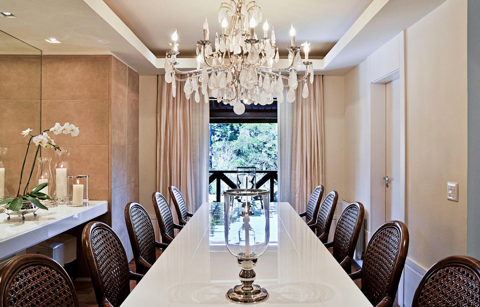 15 Salas De Jantar Com Lustres Cl Ssicos Veja Ambientes Lindos  -> Lustre Para Sala De Jantar Dourado