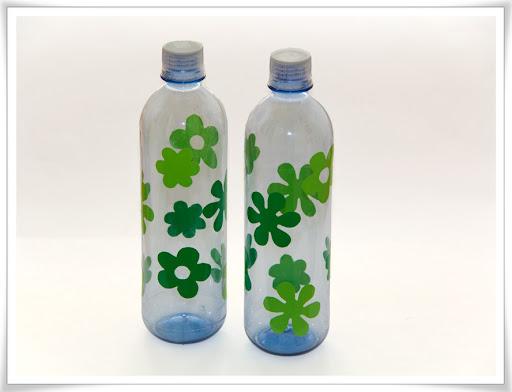 Vattenflaskor med blommor av grön självhäftande plast