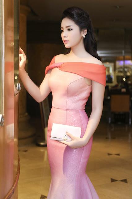 Bộ đầm đuôi cá lộng lẫy của Lê Thanh Hòa được Hoa hậu mix với ví cầm tay đồng điệu để ghi dấu ấn tại gala trao giải Bài hát Việt 2014.