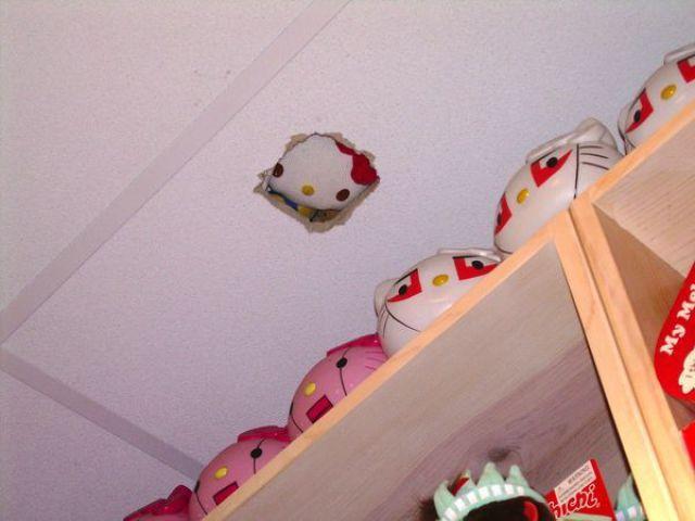 Hello Kitty espionando loja de brinquedos