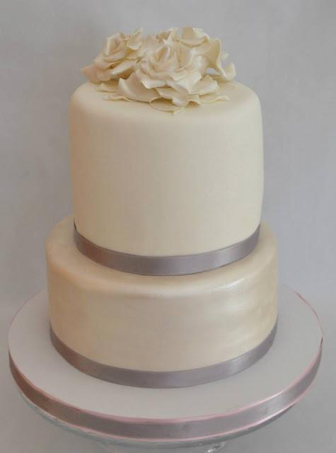 Tarta Bodas De Plata con Rosas blancas hojas blancas Elegante Fondant Flores Efecto Perlado Sugar Dreams Gandia Oliva Les Dos Llunes dos Pisos