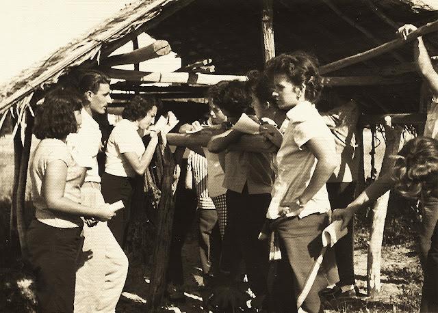 Estudantes em pesquisa, Nova Almeida, Serra, ES, anos 50.