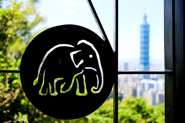 Elephant Mountain, Taipei | the observation platforms along this hike have adorable elephant emblems